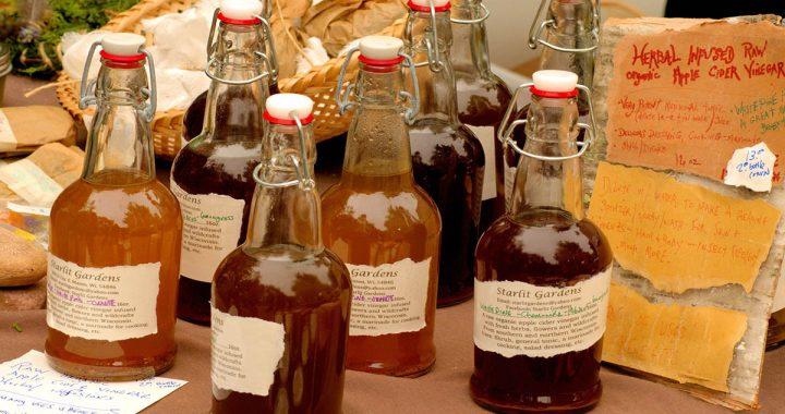 zdjęcie octu jabłkowego w butelkach