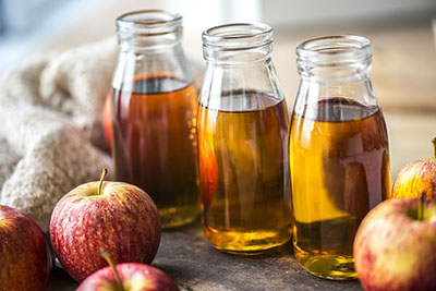 zdjęcie jabłek i octu jabłkowego