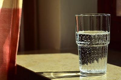 zdjęcie szklanki wody
