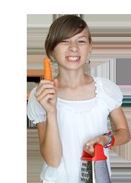 zdjęcie dziewczynki z tarką i marchewką