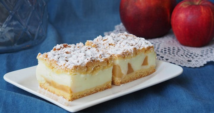zdjęcie ciasta na talerzu w tle jabłka