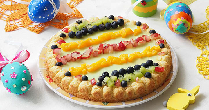 zdjęcie mazurka z owocami w tle jajka wielkanocne