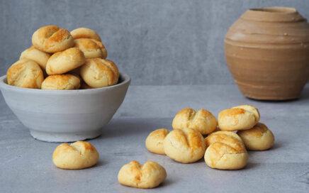 Zdjęcie ciasteczek krakersów wnaczyniu glinianym
