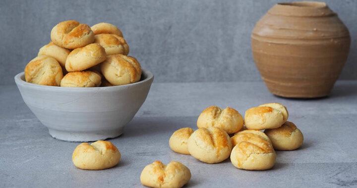 Zdjęcie ciasteczek krakersów w naczyniu glinianym